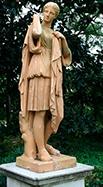 Statue af kvinde med græsk - mellemøstlig chiton